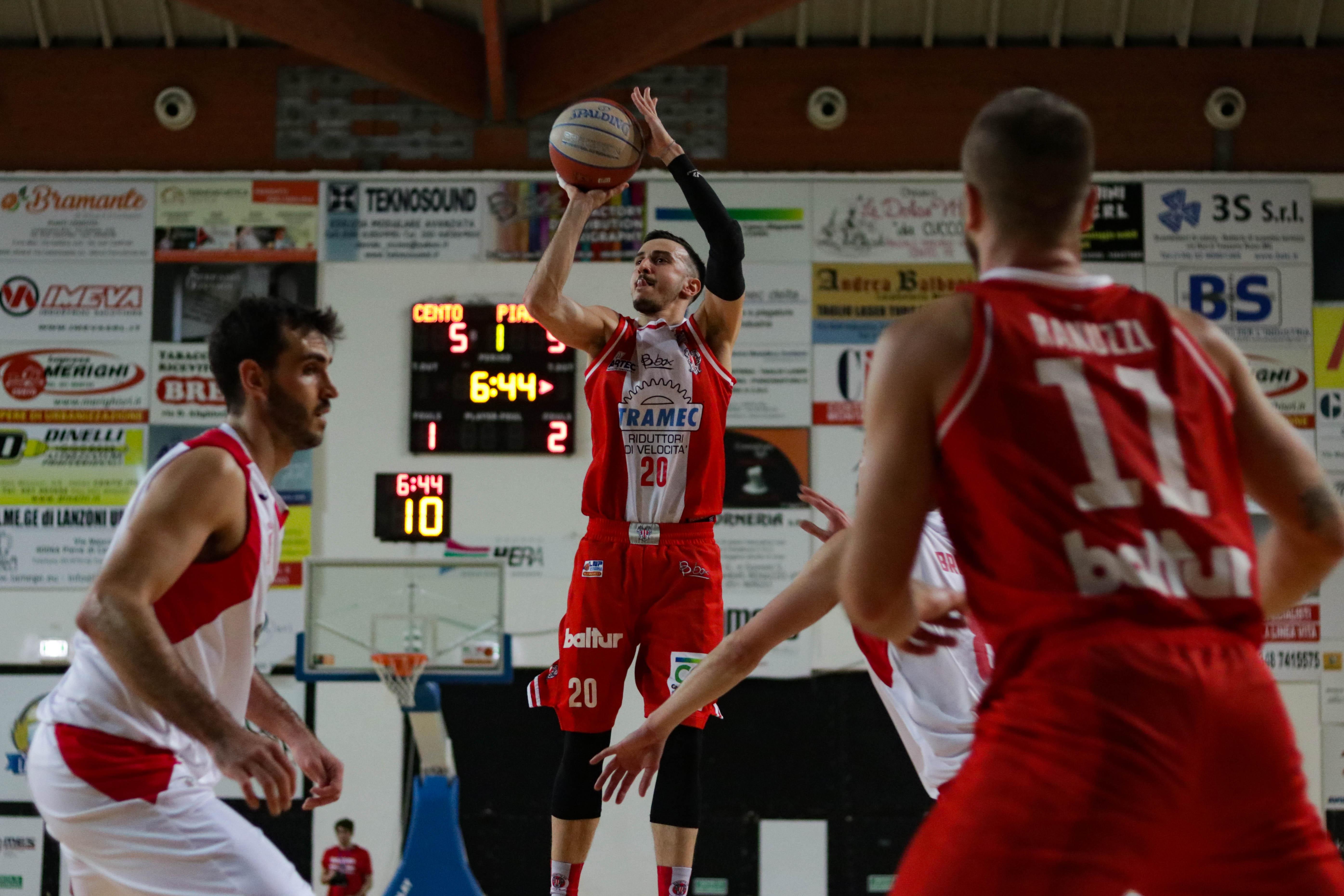 Vittoria e primato per la Tramec Cento che batte Piacenza 73-58