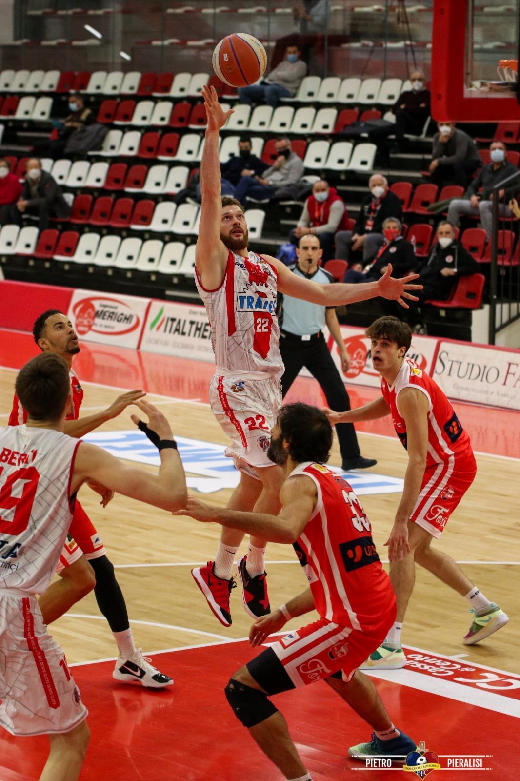 A Cento non riesce l'impresa: alla Milwaukee Dinelli Arena passa Forlì 54-72